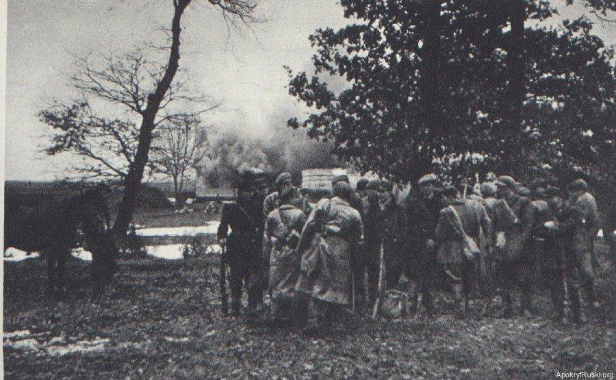 Бійці польської Арміїі Крайової на фоні палаючого села Сагринь.